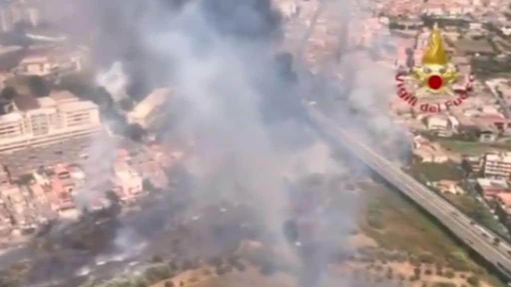 incendio a Catania. Chiuso aeroporto