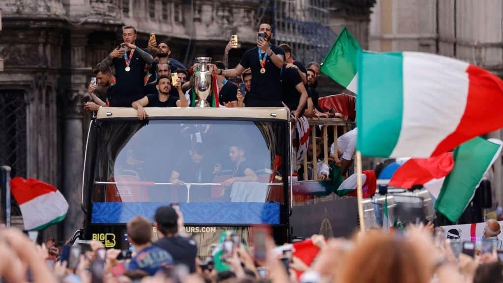 polemica per il giro in bus scoperto della nazionale dopo euro 2020