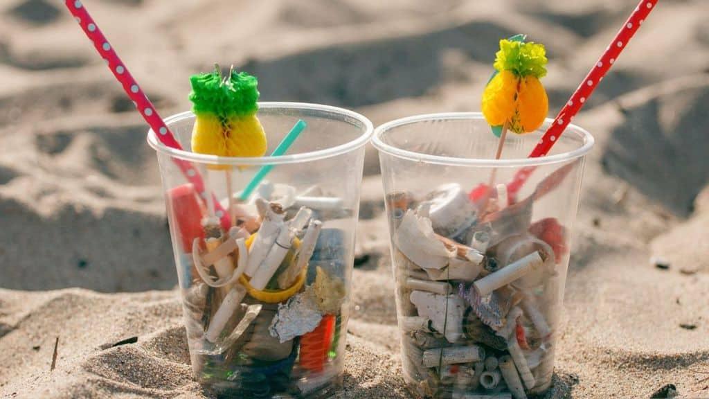 Mozziconi di sigaretta inquinano il mare