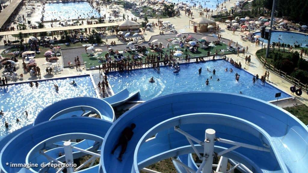 parco acquatico con scivoli e piscine