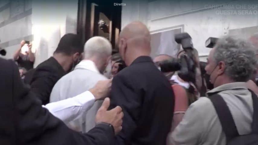 Lo sposo entra in chiesa