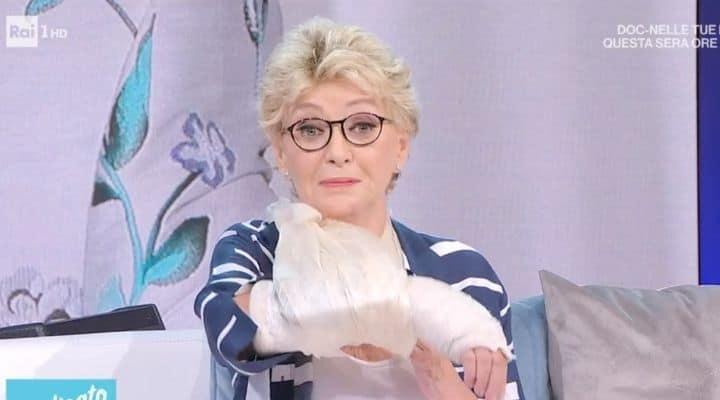 """Enrica Bonaccorti racconta il doloroso incidente: """"Ho visto il braccio di qui, la mano di là"""""""