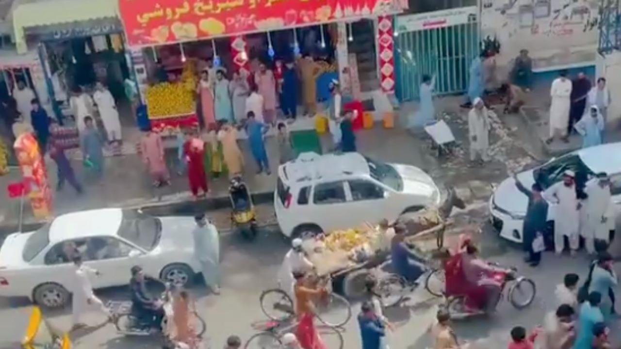 Afghanistan, si protesta a Jalalabad e i talebani sparano. Le prime immagini in un video