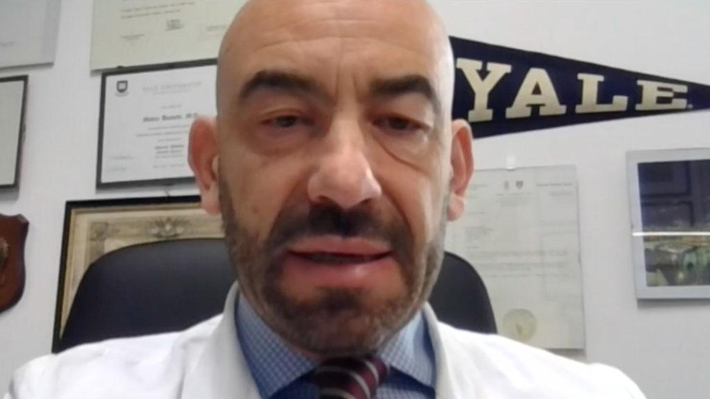 Matteo Bassetti scortato dalla polizia dopo l'aggressione: l'infettivologo chiede un intervento dello Stato