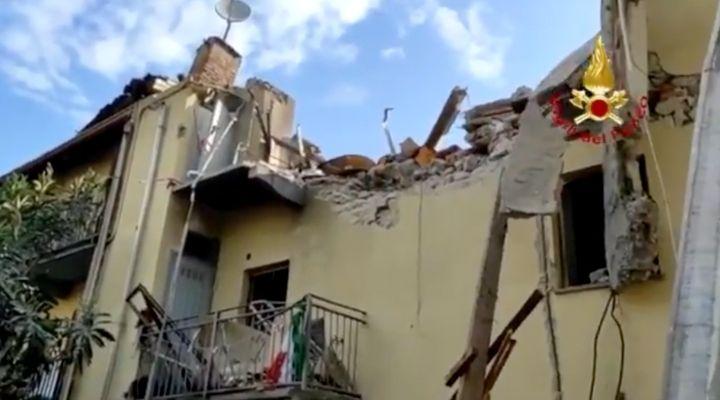 Crolla una palazzina a due piani a Torino: una persona estratta dalle macerie. Il video dalla zona