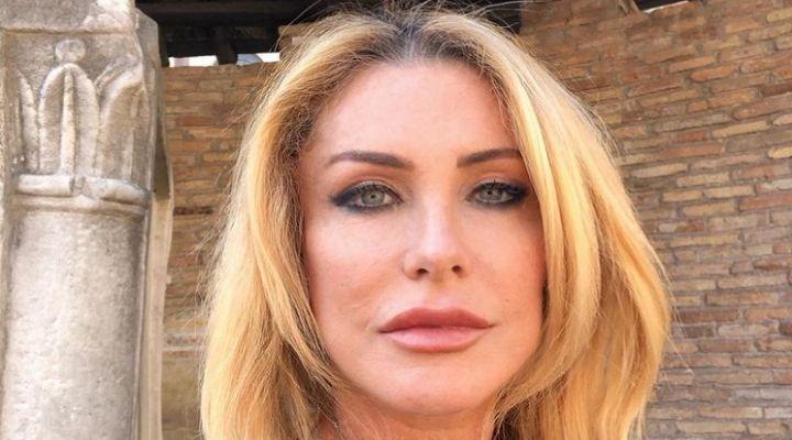 """Paola Ferrari criticata per il suo aspetto fisico dopo il tumore: """"Presa di mira in modo volgare e forte"""""""