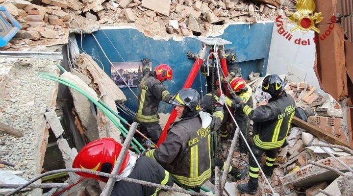 Morto il bimbo di 4 anni estratto dalle macerie del crollo della palazzina di due piani a Torino