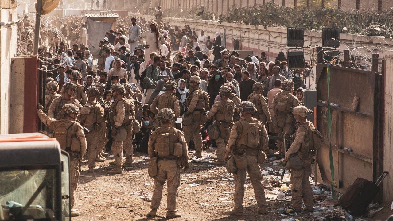 """Afghanistan, allarme su Kabul: """"Imminente attacco Isis all'aeroporto"""" durante le operazioni di evacuazione"""