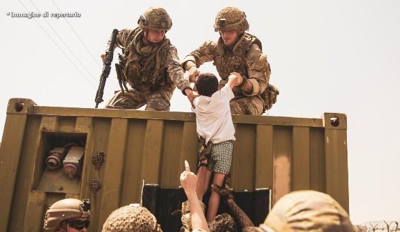 Afghanistan, la guerra è finita: via le truppe americane, partito l'ultimo volo. I talebani in festa