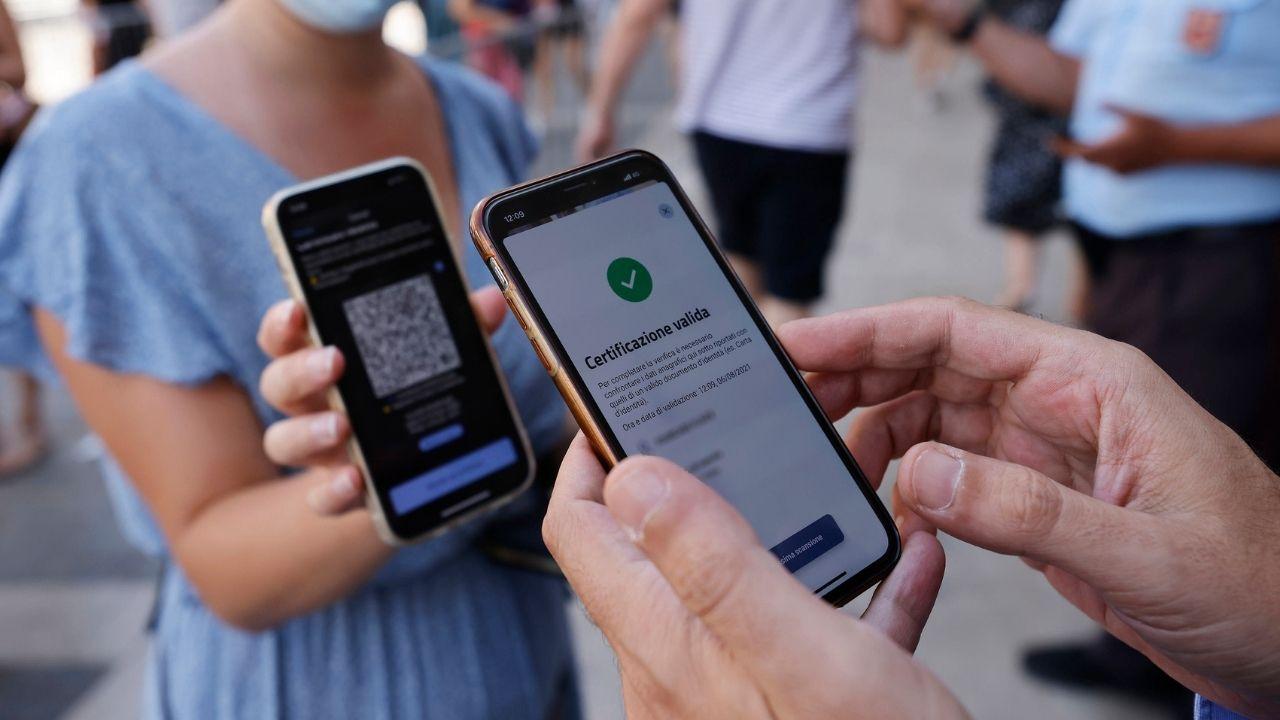 """Green Pass obbligatorio, scaricate oltre 100 milioni di certificazioni: disagi per la """"corsa ai tamponi"""""""