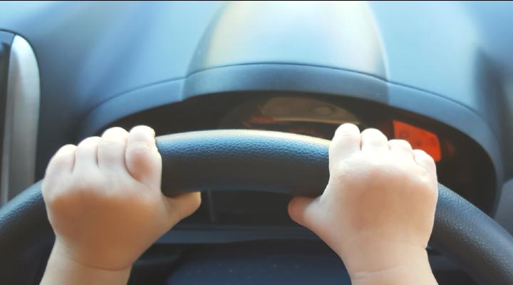 Due bambini guidano l'auto fuori dall'autostrada: il padre era stato ucciso. È caccia al colpevole