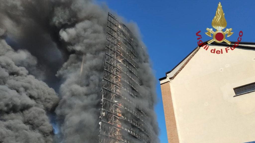 Palazzo di 15 piani in fiamme a Milano, sul posto vigili del fuoco e ambulanze: le immagini dell'incendio