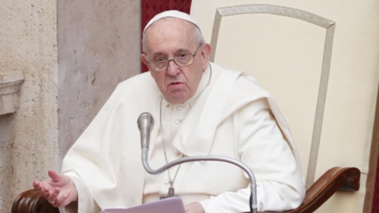 """Papa Francesco, la rivelazione sul ricovero in ospedale: """"Un infermiere mi ha salvato la vita"""""""