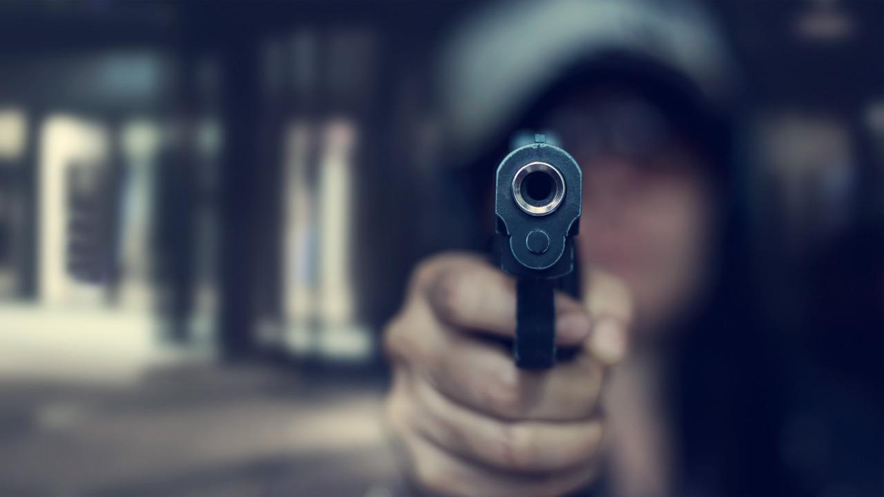 Spara alla ex e al compagno di fronte a una delle figlie della donna: fermato per tentato omicidio a Torino