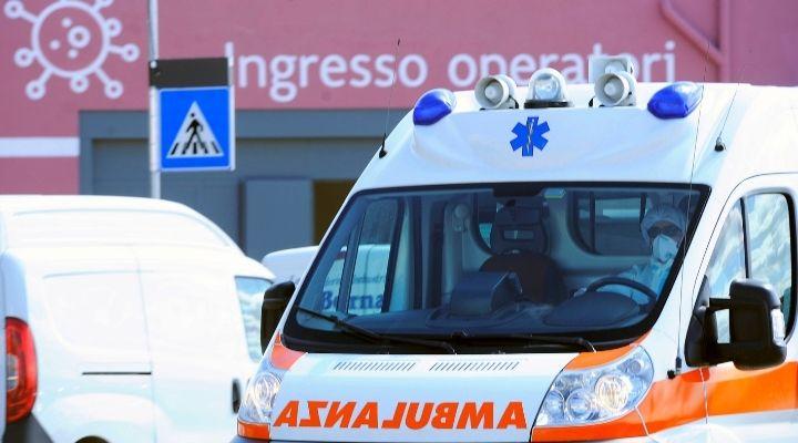 Bimbo di 4 anni cade dal balcone al terzo piano e muore: tragedia nel centro di Napoli, la polizia indaga