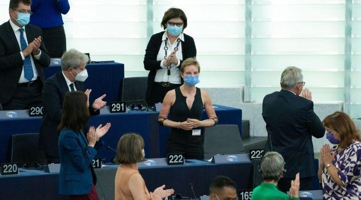 """Bebe Vio riceve la standing ovation al Parlamento europeo, la sua reazione: """"Volevo sotterrarmi"""". Le immagini"""