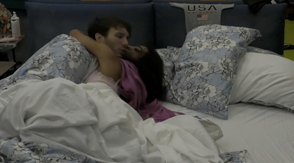 Coccole a letto tra Manuel e Lucrezia