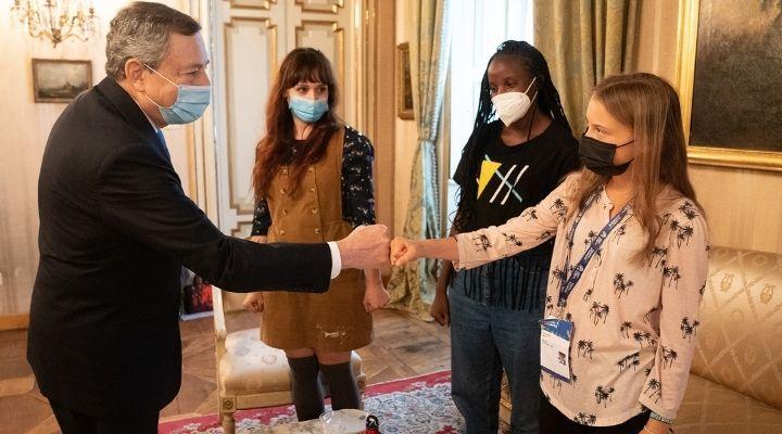"""Mario Draghi incontra Greta Thunberg e le altre attiviste per l'ambiente: """"Dobbiamo fare di più"""""""