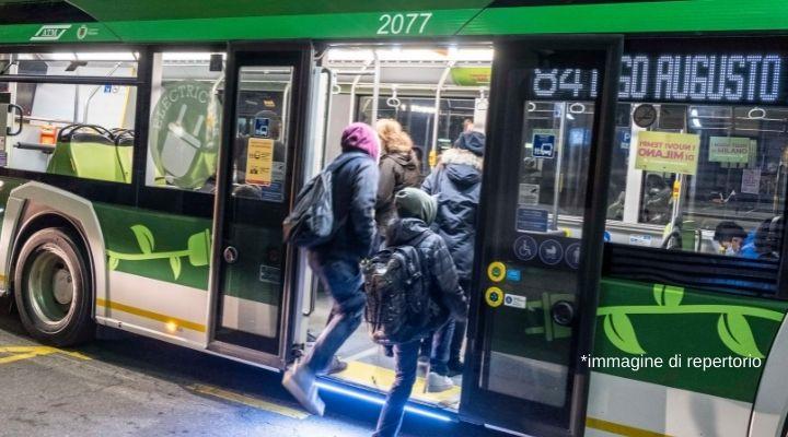 Incidente a Milano, filobus si scontra con un'automobile: 22 feriti e 9 ambulanze sul posto