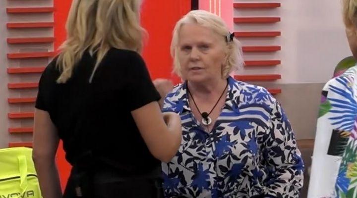 """Gf Vip, Katia Ricciarelli cade dalla sedia, poi sbotta contro gli altri """"vipponi"""": """"Non sono mica deficiente"""""""