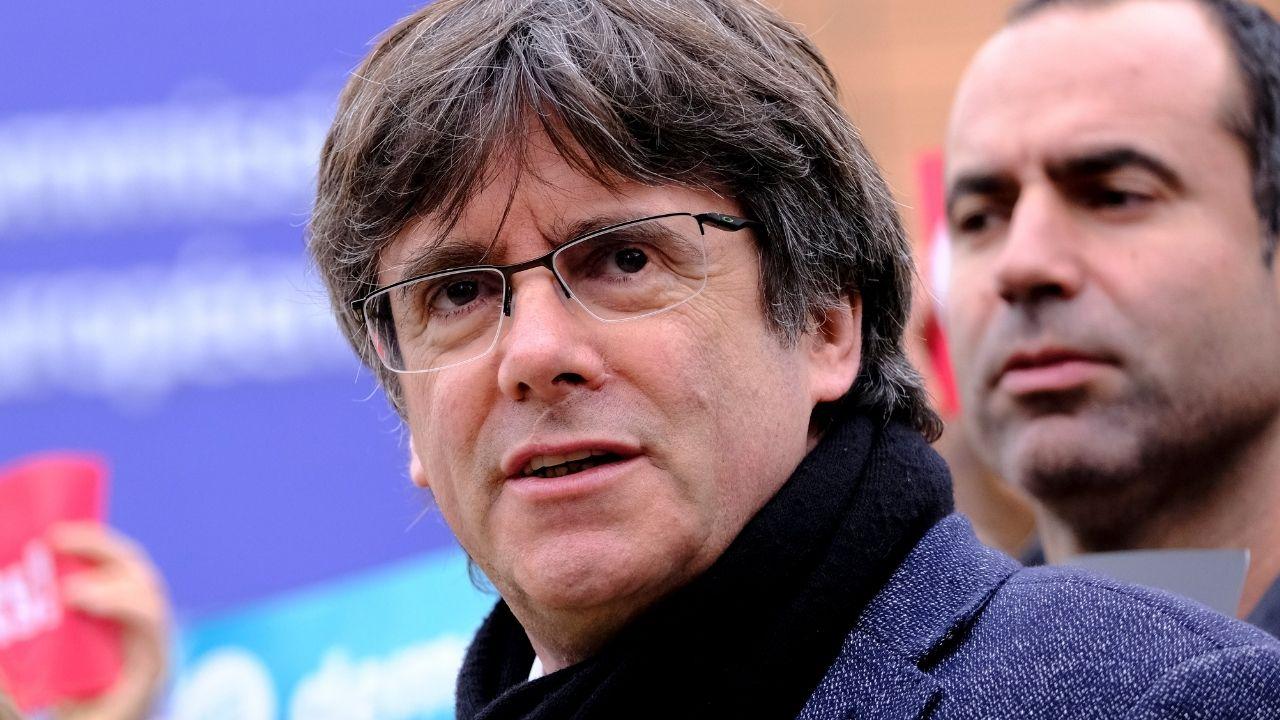 Puigdemont scarcerato ad Alghero, lunedì il ritorno in Belgio: il leader catalano accolto dalle autorità