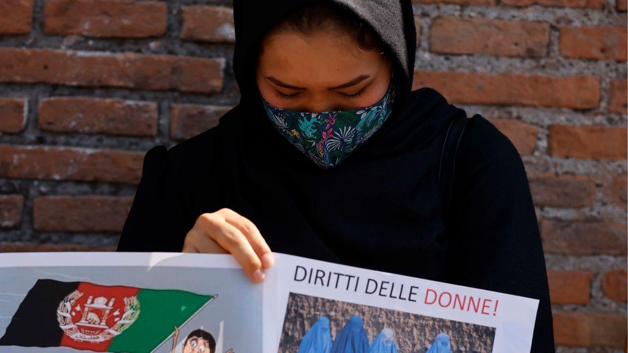 """Afghanistan, a Kabul impedito il lavoro alle donne dipendenti pubbliche: """"State a casa"""". Le parole del sindaco"""