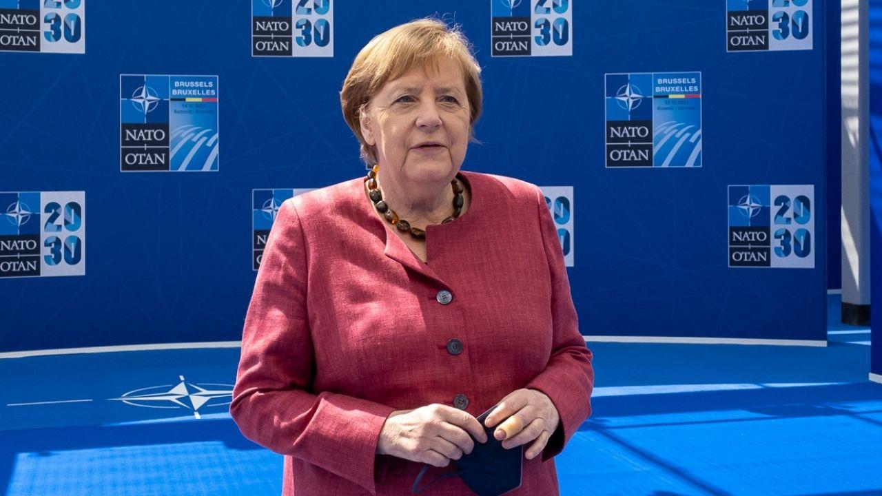 Elezioni in Germania, finita l'era Merkel: la gaffe del successore Laschet e l'addio della Cancelliera