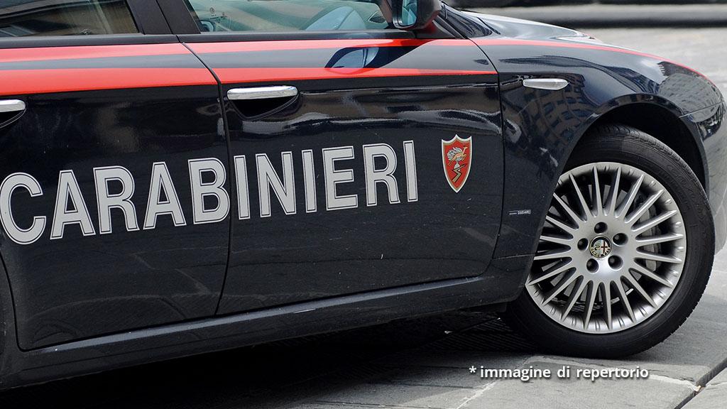 Anziano trovato morto in casa a Livorno, arrestati l'ex badante e il compagno: le accuse a loro carico