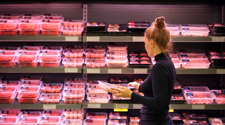 Quanta acqua occorre per produrre quello che mangiamo: tra carne e verdura, lo studio che svela i numeri