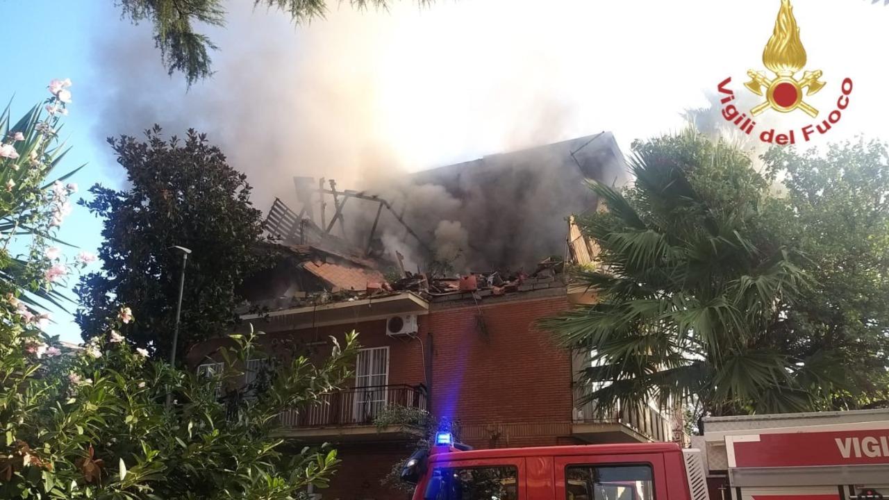 Roma, crolla una palazzina dopo un'esplosione, messi in salvo i feriti, si cercano dispersi: le immagini