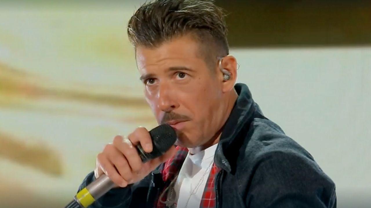 """Francesco Gabbani canta a Domenica In, ma sui social scatta la polemica: """"Qualcuno gli dica che si vede"""""""