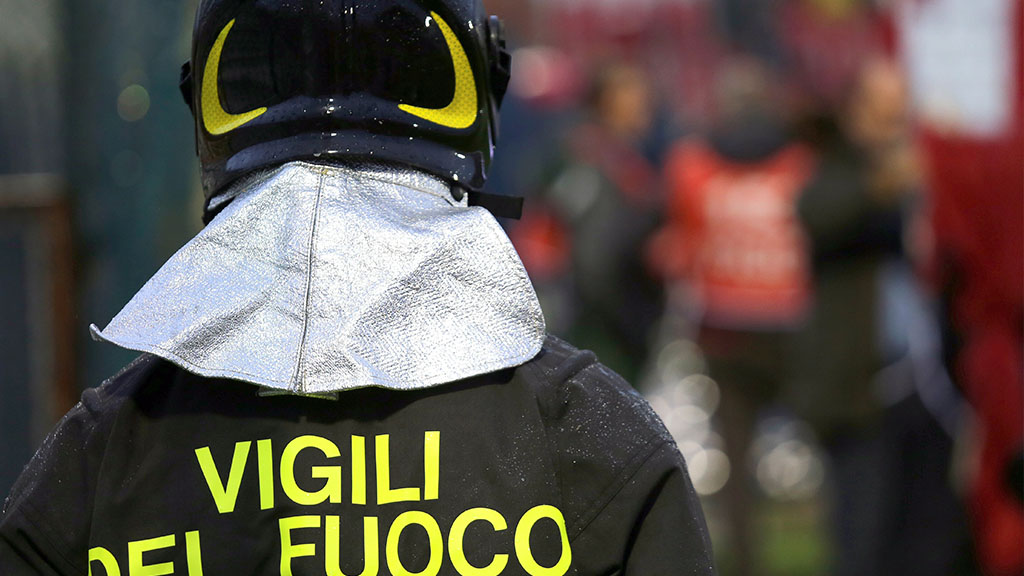 Incendio a Roma, Vigili del fuoco e mezzi in azione per fermare le fiamme divampate in area Aurelia