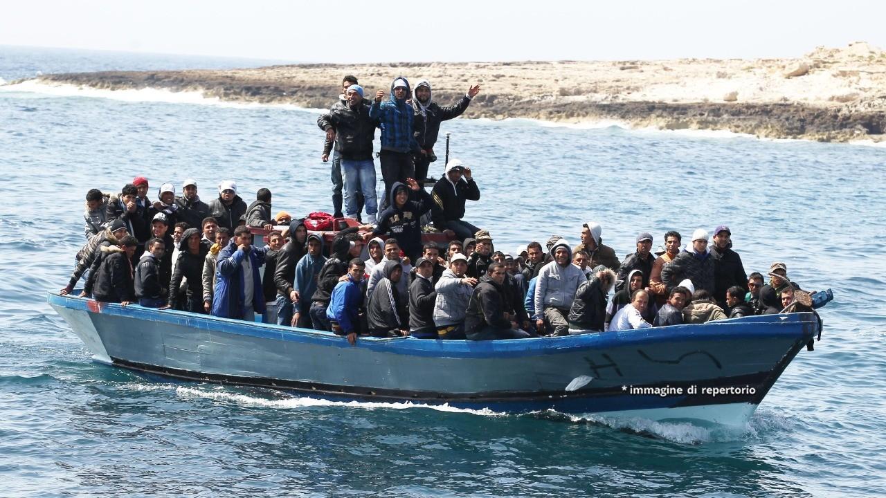 Migranti, maxi sbarco a Lampedusa: più di 500 persone arrivano a bordo di un peschereccio. Soccorsi
