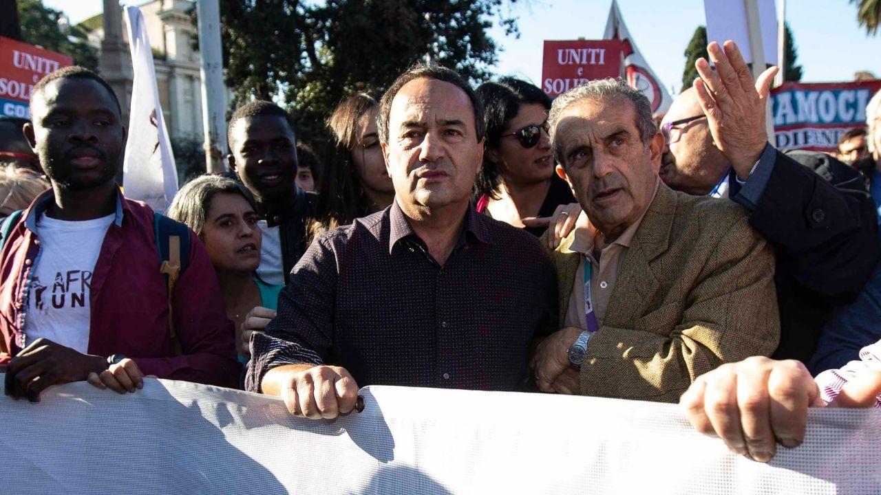 Condanna per Mimmo Lucano, la solidarietà all'ex sindaco di Riace: i messaggi di politici, giornalisti e ONG
