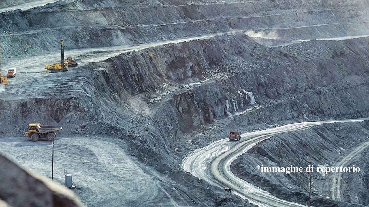 39 minatori intrappolati a più di mille metri sottoterra. L'incredibile operazione di salvataggio