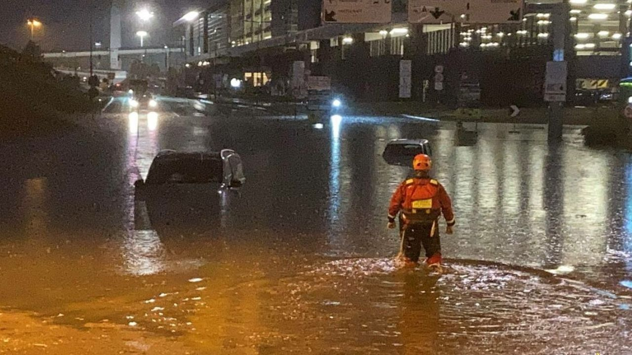 Milano nella morsa del nubifragio: soccorse 10 persone intrappolate nelle auto a Malpensa, altre 20 evacuate