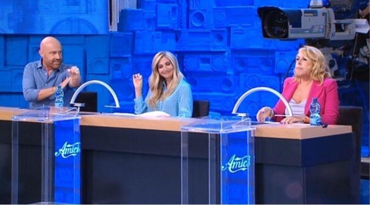 Rudy Zerbi fa il gesto dell'ombrello ad Anna Pettinelli ad Amici. Commento puntata del 26 settembre