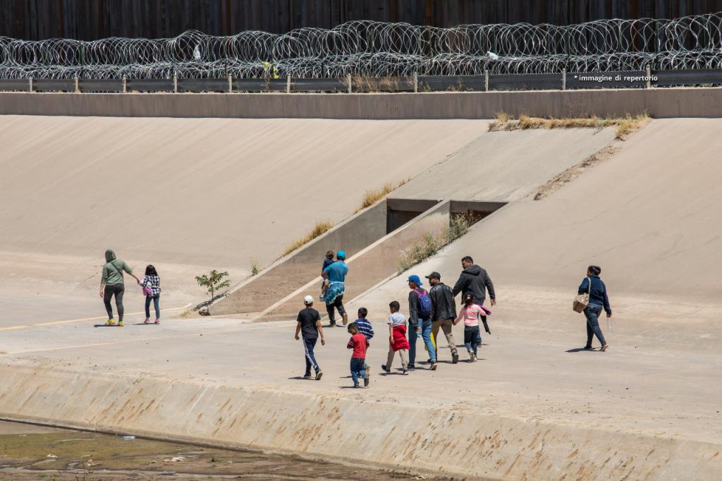 Agenti usano la frusta sui migranti che provano a passare il confine con il Messico. Il video
