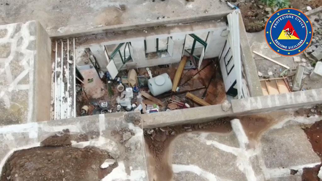 Tromba d'aria Pantelleria: i video del disastro che ha causato morti e feriti, un'auto catapultata dentro una casa