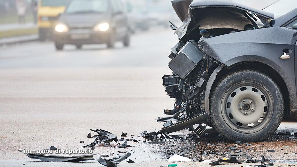 Incidente sulle strade del Novarese, furgone contro auto: dramma per una ragazza di 15 anni