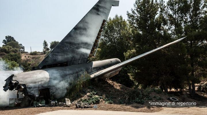 Aereo cade subito dopo il decollo, precipita al suolo e prende fuoco: salvi tutti i passeggeri. Paura in Texas