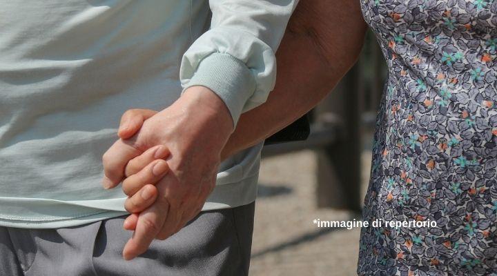 Due anziani si innamorano in casa di riposo, ma vengono separati e lei si suicida: il caso apre il dibattito