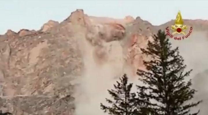 Frana a San Vito di Cadore: la roccia si distacca e sfiora il centro abitato. Le immagini del crollo