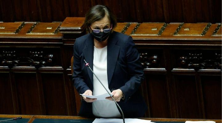 """Lamorgese rigetta le accuse sugli scontri No Green Pass di Roma e commenta: """"Sfregio alla democrazia"""""""