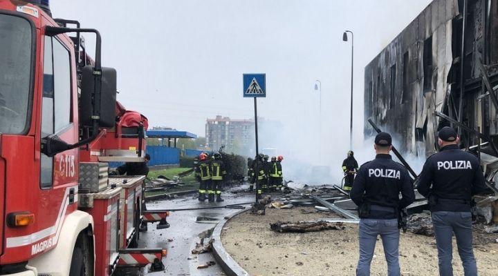 Aereo privato precipita a San Donato Milanese: 8 persone morte e un'intera palazzina in fiamme. Le immagini