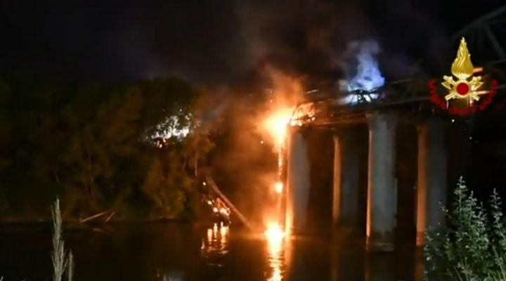 """Incendio a Roma, il """"Ponte di ferro"""" divorato dalle fiamme e alcune parti crollate nel Tevere: le immagini"""