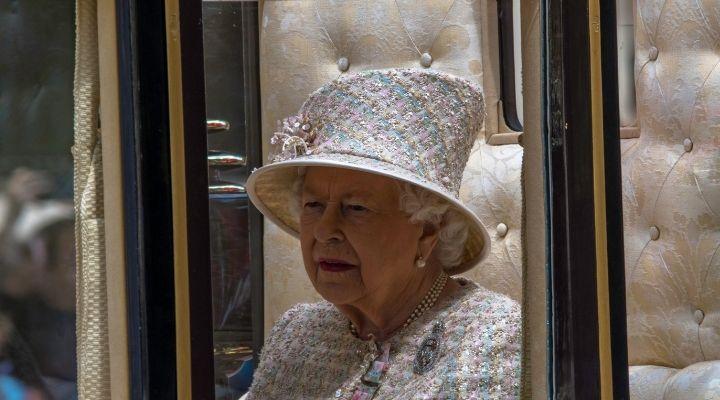 La Regina Elisabetta cancella un viaggio ufficiale in Irlanda del Nord per motivi medici. Deve stare a riposo