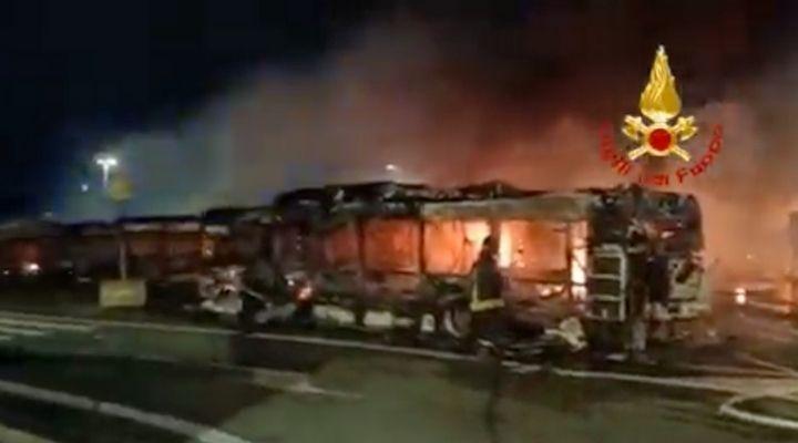 Incendio in un deposito Atac Tor Sapienza: 30 bus distrutti a Roma. Le immagini dal luogo del rogo