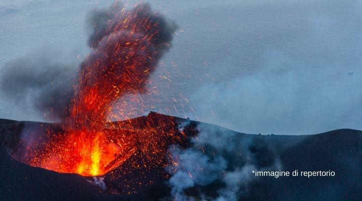 Forte esplosione a Stromboli, il vulcano si risveglia. Le prime immagini dall'isola e le parole del sindaco