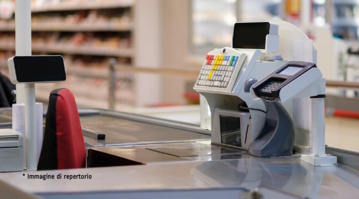 Casse speciali per chiacchierare: l'iniziativa di una catena di supermercati per combattere l'isolamento